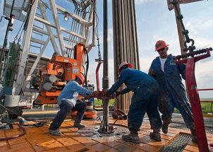 新闻图片4:美国页岩油工人正在工作