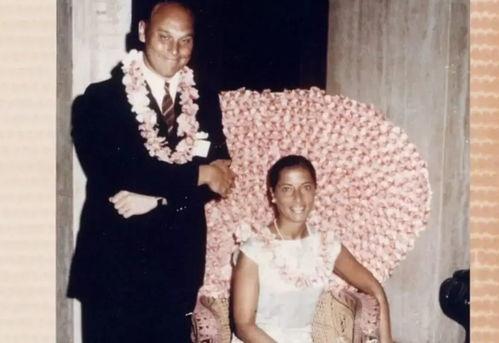 鲁斯与丈夫图片来源:纪录片《女大法官金斯伯格》1993年,鲁斯被克林顿总统提名为新任大法官.
