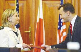 文章导航图为7月3日,美国国务卿希拉里·克林顿(左)和波兰外交部长西科尔斯基交换协议文本.