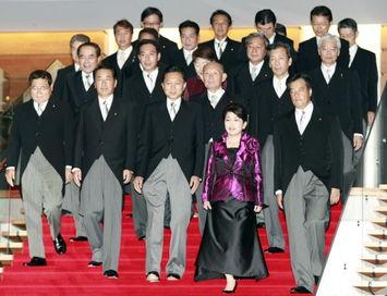 日本首相鸠山由纪夫和内阁辞职