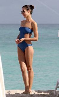 海滩迷情 欧美女星性感泳装大揭秘