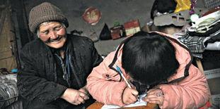 安徽涡阳县72岁环卫奶奶李显梅载孙女扫街视频流传引关注后老人已被辞职