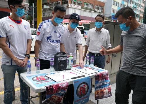5月23日,香港市民在街头签名,支持国家安全立法。