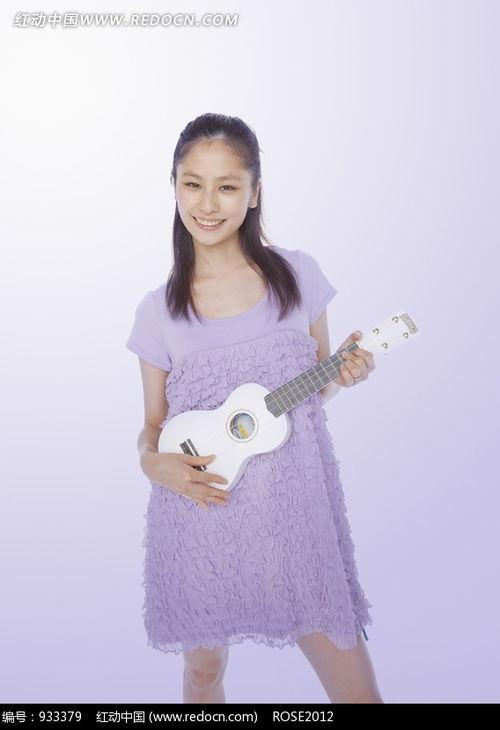 一个弹吉他走红的美女
