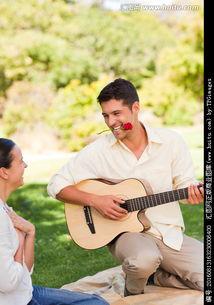 弹吉他朋友的女孩