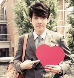 EXO最新写真单人照曝光 EXO成员手拿红心酷帅有范儿 3
