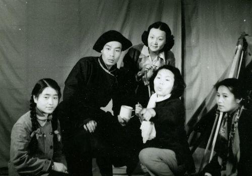 北京电影学院演员专修班第一学期考试,中间是教师黎莉莉.