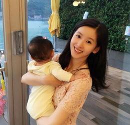 奶茶妹妹抱女出镜 小宝贝著嫩黄色连体衣害羞背对镜头