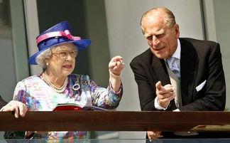 英国女王伊丽莎白二世与菲利普亲王正在观赏赛马。