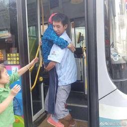 患眼疾老人下车难23岁公交司机一个熊抱感动乘客