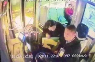 11月30日,长沙108路公交车,师奶奶要把装有钱的包裹塞给驾驶员陈师傅.