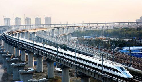 高铁列车行驶在石武客专郑州东站联络线上