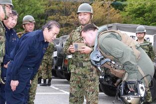 日本人感谢美军救灾向美国飞行员鞠躬