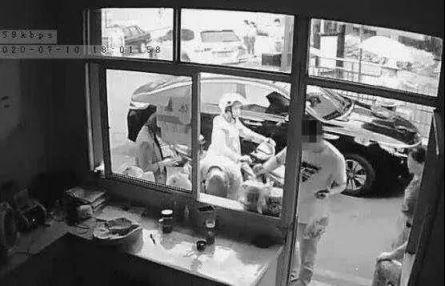判了老人超市拿鸡蛋被拦猝死,家属索赔38万遭驳回为什么千万不能纵容弱者
