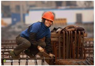 ...戴安全帽的女性劳动者