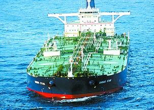 资料图片:11月19日,被海盗劫持的沙特阿拉伯天狼星号巨型油轮停在索马里东北部