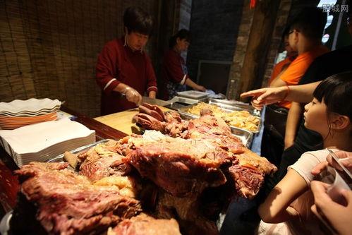 商贩挂驴腿卖猪肉无良商贩造假驴肉到市场上销售
