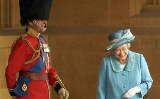 菲利普亲王穿英国皇家卫队的侍卫服为女王站岗,女王偷笑