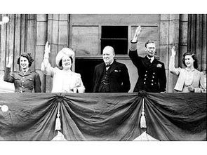左起:伊丽莎白公主、伊丽莎白皇后、首相丘吉尔、国王乔治六世、玛格丽特公主两年后,汤森上校终于被调回英国。