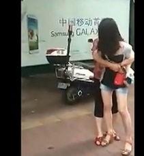 直击 少女当街辱骂扇母亲耳光 禽兽行为全过程