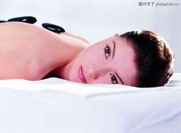 身体保健0071 身体保健图 休闲保健图库 趴伏 床上 侧视