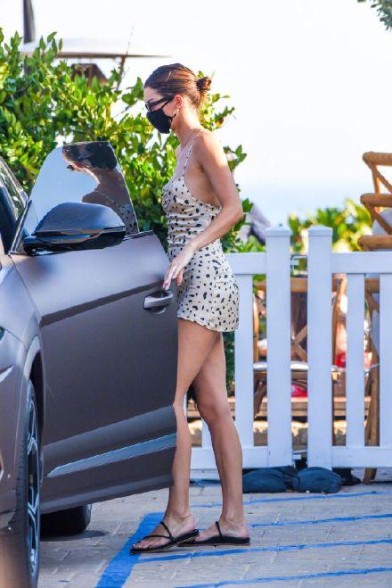 布克与詹娜约会用餐詹娜一袭紧身吊带裙超迷人
