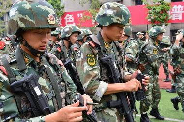 8月10日,重庆警方进入歌乐山一带山脉,搜捕枪案疑犯。
