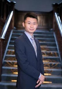 黄钦目前在牛津大学全奖攻读政治哲学硕士学位,本科毕业于清华大学经济管理学院.