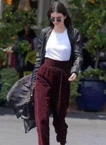 肯达尔-詹娜也宠幸过灯芯绒长裤,搭配起黑色印花长风衣酷炫又拉风~贝拉-哈迪德更是认真的玩了一回复古情怀,全套灯芯绒运动装搭配nike阿甘鞋,这样的组合特别oldschool~还有穿着升级版灯芯绒裤出街的海莉-鲍德温,这开档绿裤真相当辣