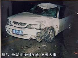 原来,2006年10月27日那天,姜春雷骑着摩托带着儿子姜旭行驶在马路上,结果对面突然逆向冲过来一辆白色的富康