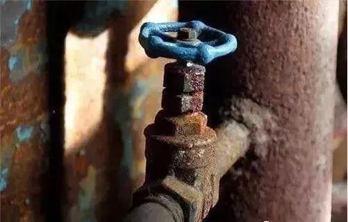 2、自来水管、蓄水箱长时间未清洗水管和蓄水箱是自来水从水厂流向家庭住户的必经之路,它们的卫生问题将直接影响自来水水质.