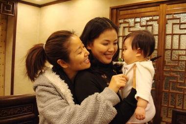 林心如、刘涛和刘涛爱女(左起)