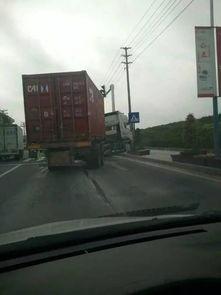 半仙山路口车祸,一辆大货车撞向面包车,头都歪出马路