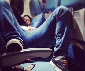 全球网友晒飞机乘客不文明行为照