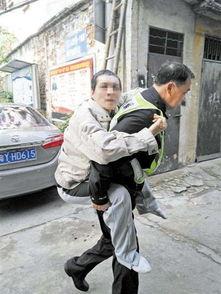 55岁男子突发急病55岁民警背他就医感动众人图