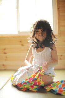 组图 6岁女童出写真集疑露内裤张开腿被批