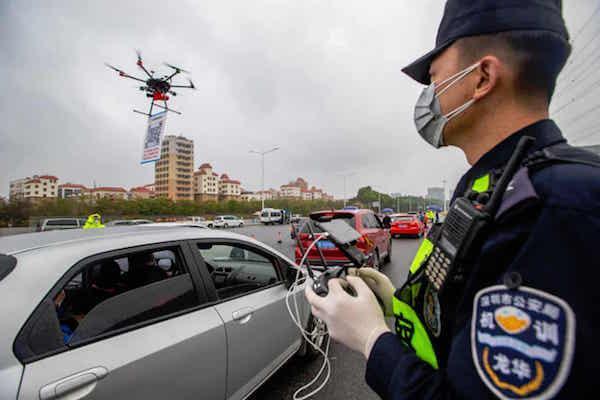 深圳街头置顶无人机,司机扫码登记进城