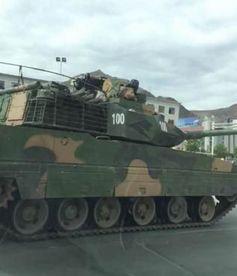 日前,网上出现了国产新型轻型坦克(以下简称新轻坦)在高原公路和城市的照片.