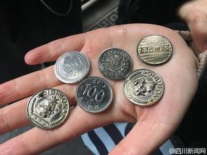 成都宽窄巷网红池工作人员打捞硬币清点后献给抗震英雄