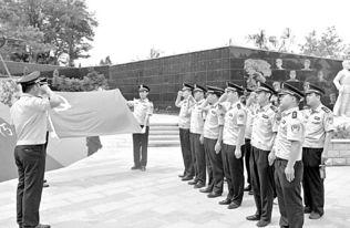 6月29日,济宁市公安局特警支队一大队民警在金乡羊山镇军事旅游度假区举行宣誓活动,重温入党誓词.