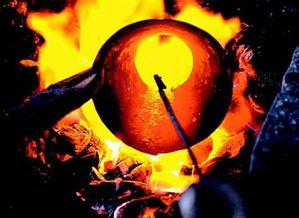 湖北日报讯图为:韩永军展示打制铜器所用的铜板。