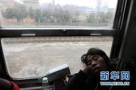 l160次列车上,一位乘客在车窗前睡觉(1月21日摄).