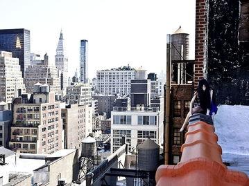 韩国美女摄影师独坐高楼边缘危险自拍