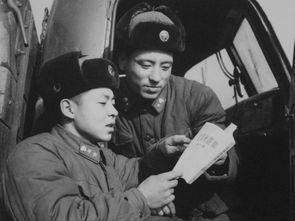 图为雷锋在辅导乔安山学习《毛泽东选集》.