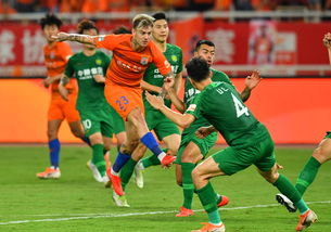 山东鲁能6月30日在中超第15轮主场2-0胜北京国安,图为山东鲁能泰山队球员格德斯(前左)在比赛中射门.