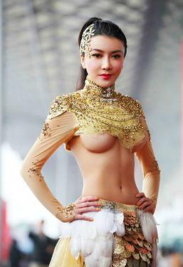 龚玥菲上海车展披黄金甲秀美乳图片