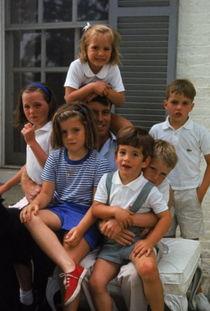 ...罗伯特·肯尼迪和他的孩子们,以及外甥女卡罗琳和外甥小约翰·肯...