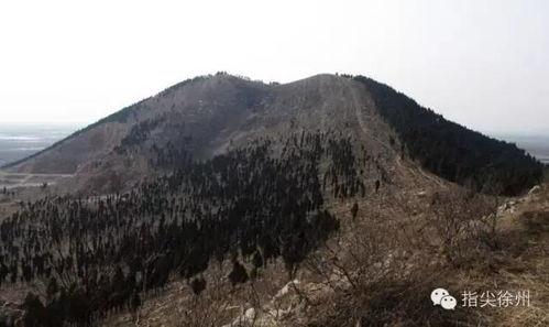 人类祖先女娲为拯救生灵,采五彩石三万六千五百零一块以补青天,其中一块灵石就采自此山,所以此山又称女娲山.