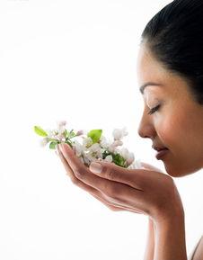 闭目闻双手捧着的花的人物素材