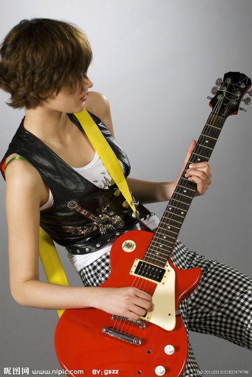 弹吉他的网红女